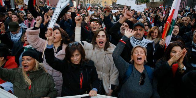 Regeringskritiska demonstranter på Beiruts gator. Bilal Hussein / TT NYHETSBYRÅN