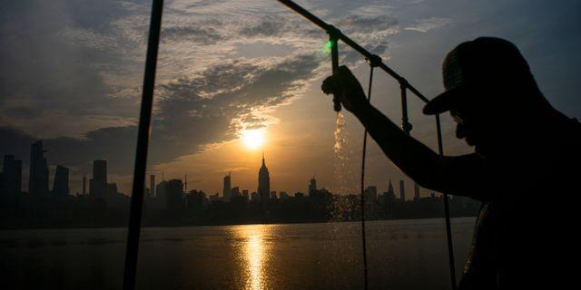 Solen går upp över New York för ännu en varm dag. Eduardo Munoz Alvarez / TT NYHETSBYRÅN/ NTB Scanpix