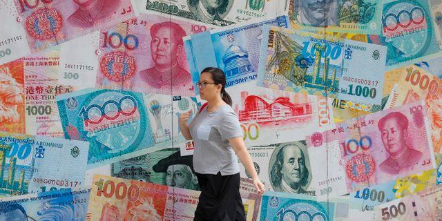 Kvinna går förbi växlingskontor i Hongkong. Kin Cheung / TT NYHETSBYRÅN