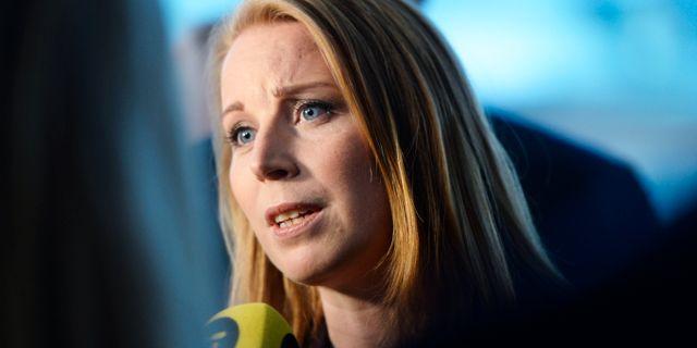 Centerpartiets partiledare Annie Lööf (C) intervjuas av journalister inför statsministeromröstning. Stina Stjernkvist/TT / TT NYHETSBYRÅN