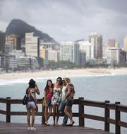 För tionde raka veckan sänker brasilianska ekonomer tillväxtprognosen för landets ekonomi under 2017, skriver Bloomberg. Arkivbild på turister i Rio de Janeiro, 2014. TT