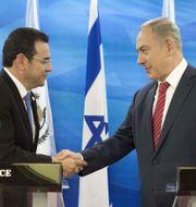 Jimmy Morales och Benjamin Netanyahu i november förra året. ABIR SULTAN / POOL