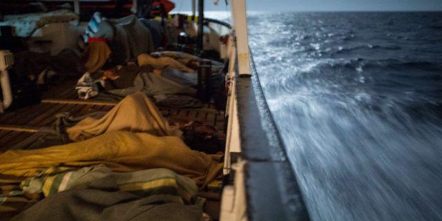 Arkivbild. Migranter på en räddningsbåt.  Olmo Calvo / TT / NTB Scanpix