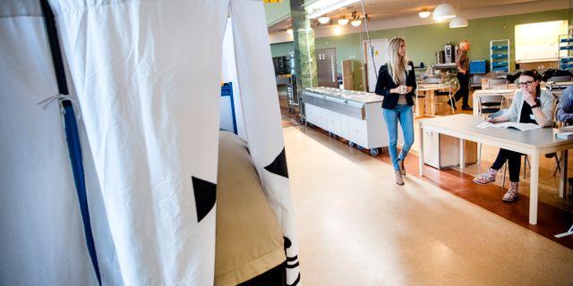 Människor röstar i omvalet i Falun den 7 april. Ulf Palm/TT / TT NYHETSBYRÅN