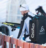 Martin Johnsrud Sundby bärandes på skidorna efter att han brutit den norska längdpremiären. Terje Pedersen / TT NYHETSBYRÅN
