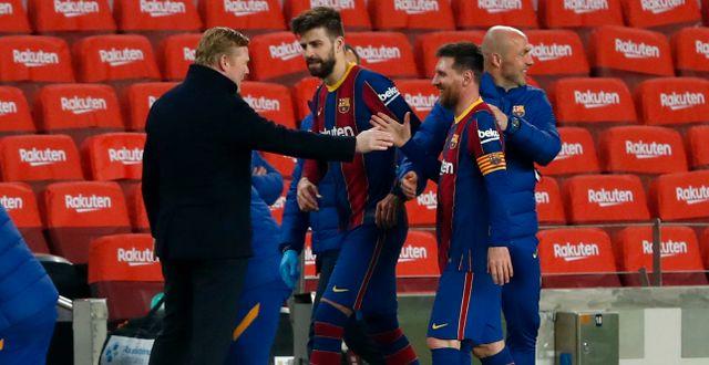 Barcelonas Lionel Messi skakar hand med tränaren Ronald Koeman efter cupmatchen mot Sevilla igår. Joan Monfort / TT NYHETSBYRÅN