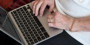 Äldre kvinna med dator. Anders Wiklund/TT / TT NYHETSBYRÅN