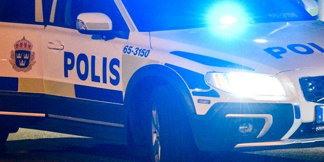 Knivbevapnad man skadad av skott fran polisen