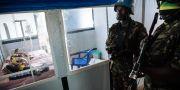 Fredsbevarande FN-soldater syns bredvid en patient på ett sjukhus för ebolabehandling i Kongo-Kinshasa. ALEXIS HUGUET / AFP