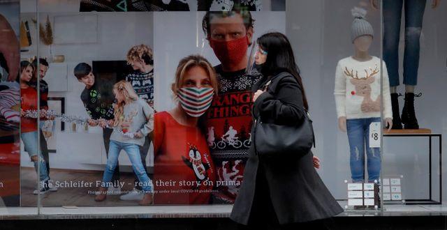 En kvinna passerar en butik på Londons shoppinggata Oxford street.  Matt Dunham / TT NYHETSBYRÅN