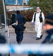 Polis och kriminaltekniker utanför ett flerfamiljshus i Arlöv där ett äldre par hittats döda. Johan Nilsson/TT / TT NYHETSBYRÅN