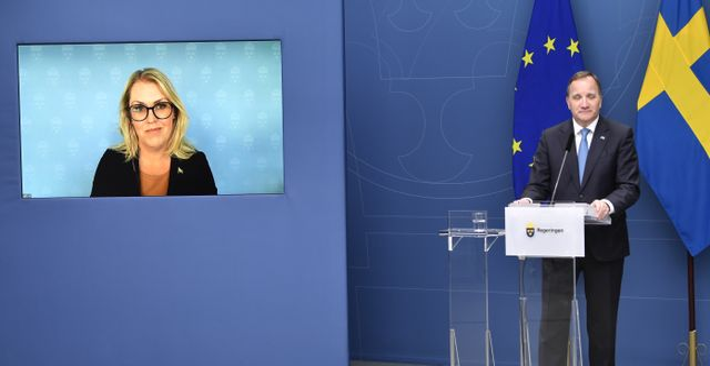 Socialminister Lena Hallengren (S) är med via länk under en digital pressträff tillsammans med statsminister Stefan Löfven. Henrik Montgomery/TT / TT NYHETSBYRÅN
