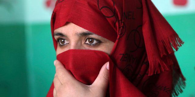 En kvinna lägger sin röst i en vallokal i Afghanistan. Rahmat Gul / TT NYHETSBYRÅN