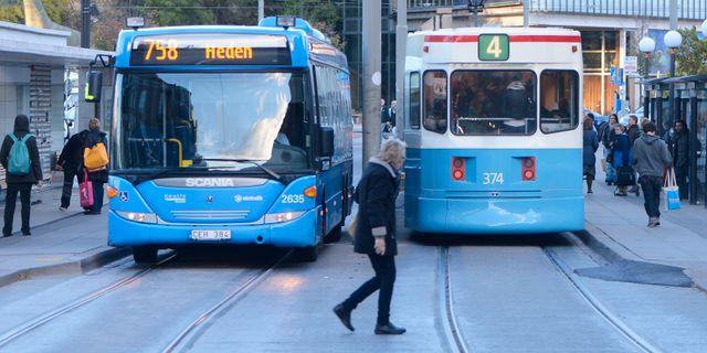 En buss och en spårvagn möts på en gata i Göteborg. FREDRIK SANDBERG / TT / TT NYHETSBYRÅN