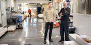 Niklas Charlesson och Robert Johnsson, på Räkexport.  Björn Larsson Rosvall/TT / TT NYHETSBYRÅN