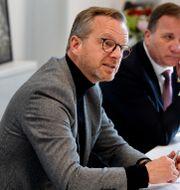 Mikael Damberg besöker polishuset i Rinkeby tillsammans med statsminister Stefan Löfven. Jessica Gow / TT NYHETSBYRÅN