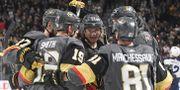 Karlsson firar med lagkamraterna.  Ethan Miller / GETTY IMAGES NORTH AMERICA