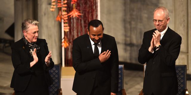Nobelkommitténs ordförande Berit Reiss-Andersen, fredspristagaren Abiy Ahmed samt vice ordförande i kommittén, Henrik Syse. FREDRIK VARFJELL / AFP