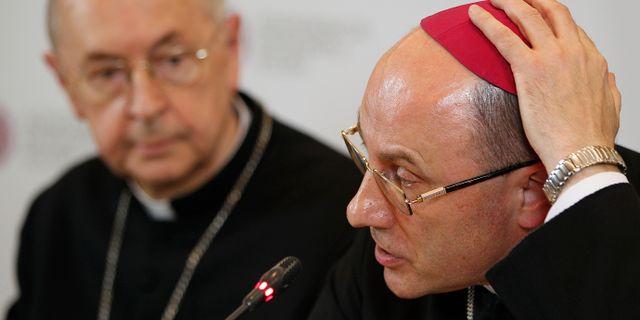Ärkebiskopen Wojciech Polak (th) på en pressträff om studien om sexuella övergrepp inom kyrkan i Polen. Czarek Sokolowski / TT NYHETSBYRÅN/ NTB Scanpix
