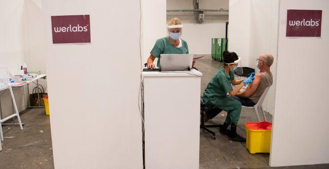 En kvinna får vaccin.  Fredrik Sandberg/TT / TT NYHETSBYRÅN