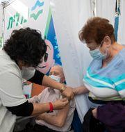 Man vaccineras i Tel Aviv/Arkivbild Sebastian Scheiner / TT NYHETSBYRÅN