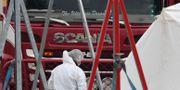 Lastbilen där kropparna hittats undersöks. Stefan Rousseau / TT NYHETSBYRÅN