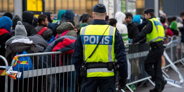 Polis övervakar kön av ankommande flyktingar i snålblåsten vid Hyllie station utanför Malmö Johan Nilsson/TT / TT NYHETSBYRÅN