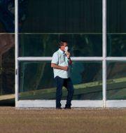 Jair Bolsonaro utanför presidentpalatset i Brasilia, Brasilien. Eraldo Peres / TT NYHETSBYRÅN