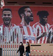 Två förbipasserande utanför Atlético Madrids arena.  Paul White / TT NYHETSBYRÅN