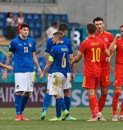 Spelarna tackar varandra efter matchen. ANDREAS SOLARO / BILDBYRÅN