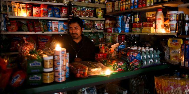 Butiker fick tända levande ljus för att kunna ha öppet. AGUSTIN MARCARIAN / TT NYHETSBYRÅN
