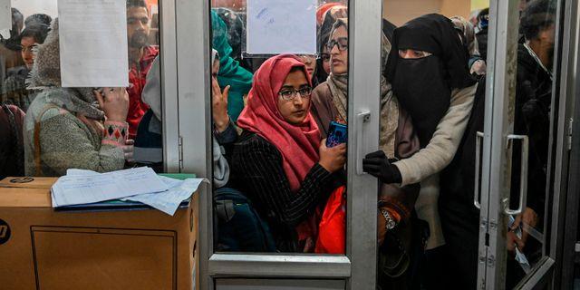 Studenter i Kashmir väntar på sin tur att använda internet på ett av få ställen där det finns tillgång. TAUSEEF MUSTAFA / AFP