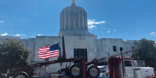 En lastbilsprotest mot den nya lagen utanför Oregons senat. Sarah Zimmerman / TT NYHETSBYRÅN/ NTB Scanpix