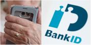 Äldre person med mobiltelefon samt bank-id:s logotyp. TT.