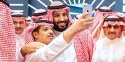 Saudiske kronprinsen Mohammed bin Salman ställer upp på en selfie.  BANDAR AL-JALOUD / Saudi Royal Palace