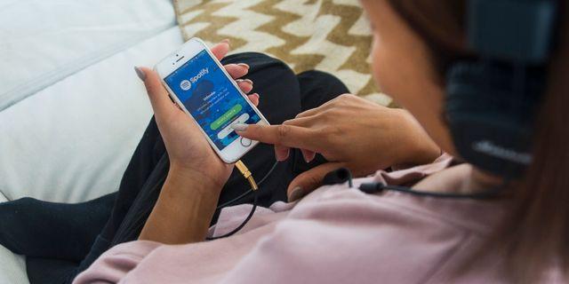 En kvinna lyssnar på sin mobil/illustrationsbild.  isabell Höjman/TT / TT NYHETSBYRÅN