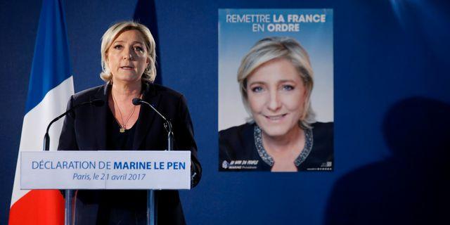 Högerpopulistiska ledaren Marine Le Pen håller tal efter polisskjutningen i Paris. BENOIT TESSIER / TT NYHETSBYRÅN