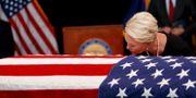 Hustrun Cindy McCain vid John McCains kista i går. JAE C. HONG / POOL
