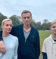 Navalnyj med frun Yulia och sonen Zahar. TT NYHETSBYRÅN