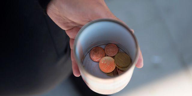 En hand som sträcker fram en kopp.  Björn Lindgren/TT / TT NYHETSBYRÅN