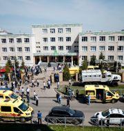 Ambulanser utanför skolan i Kazan.  Roman Kruchinin / TT NYHETSBYRÅN