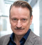 Person som håller i vaccinspruta och Matti Sällberg.  TT