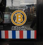 En barberare i Santa Tecla, El Salvador, aviserar att de accepterar bitcoin som betalning.  Salvador Melendez / TT NYHETSBYRÅN