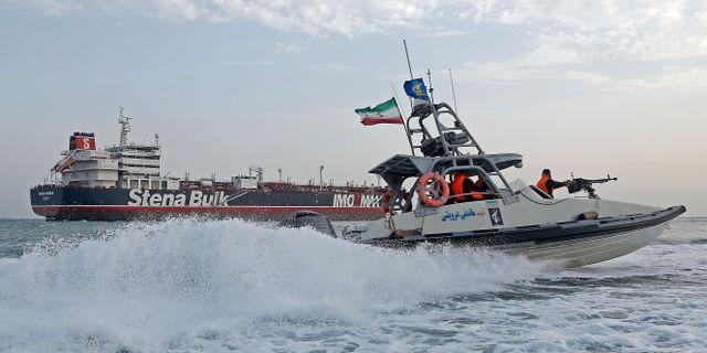 Stena Impero och en av iranska revolutionsgardets båtar. HASAN SHIRVANI / MIZAN NEWS AGENCY