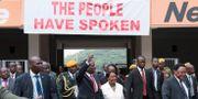 Emmerson Mnangagwa med sin fru Auxilia. MARCO LONGARI / AFP