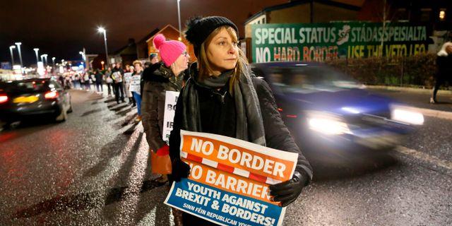 En manifestation i Nordirland mot en hård landgräns mellan Irland och Storbritannien. PAUL FAITH / AFP