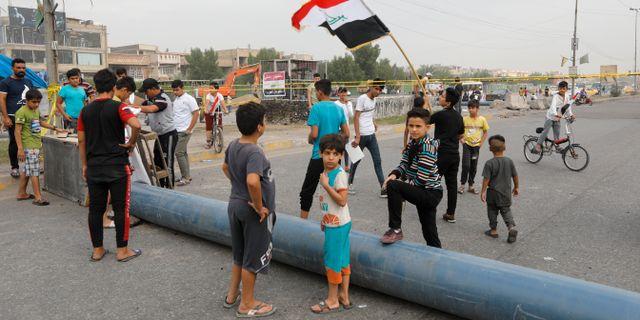 Demonstranter blockerar vägar i Bagdad. KHALID AL-MOUSILY / TT NYHETSBYRÅN