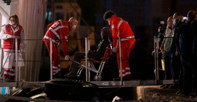 Migranter på den stoppade båten får vård. Arkivbild. Alessandra Tarantino / TT NYHETSBYRÅN