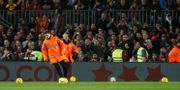 Matchen stoppades tillfälligt.  ALBERT GEA / TT NYHETSBYRÅN
