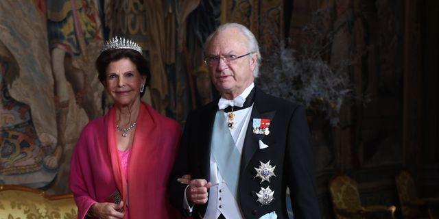 Arkivbild. Carl XVI Gustaf med drottning Silvia på kungens middag för Nobelpristagarna på Stockholms slott, 11/12. Fredrik Sandberg/TT / TT NYHETSBYRÅN